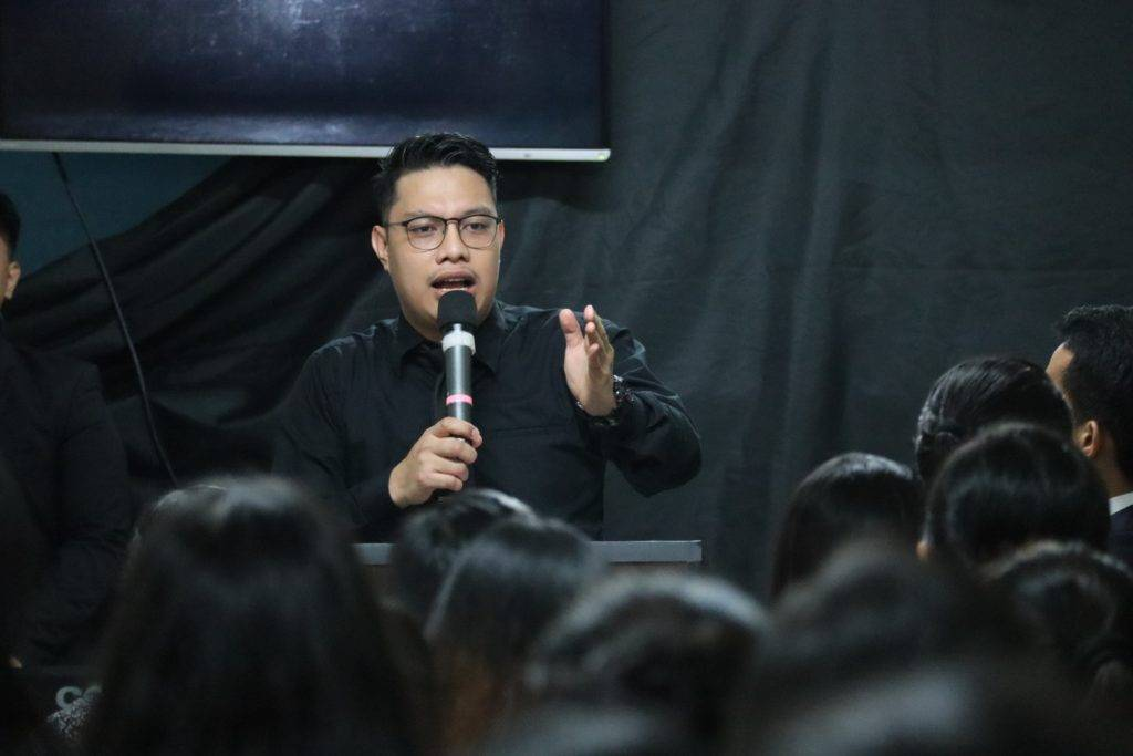 Public speaking training - speaker with microphone